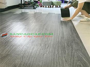 Lát sàn gỗ công nghiệp tại quận Ba Đình cho căn hộ sang trọng.