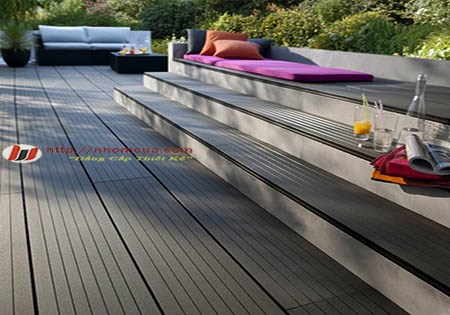 Lắp đặt sàn nhựa giả gỗ cho không gian ngoài trời.